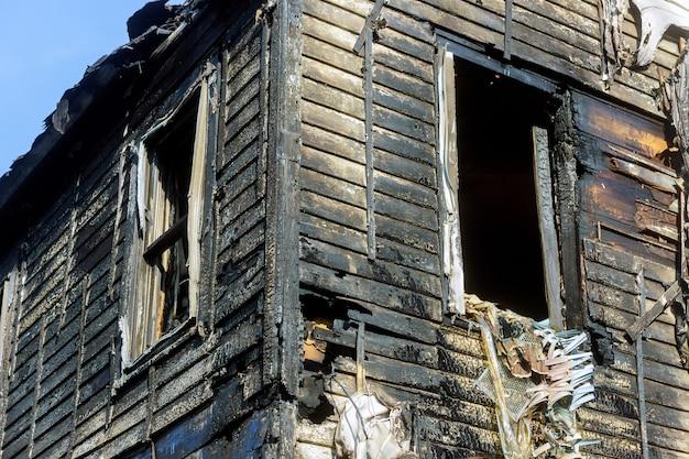 Dramatische feurige zerstörung eines hauses. nützliches bild für jedes brandschutzthema nach einem brand