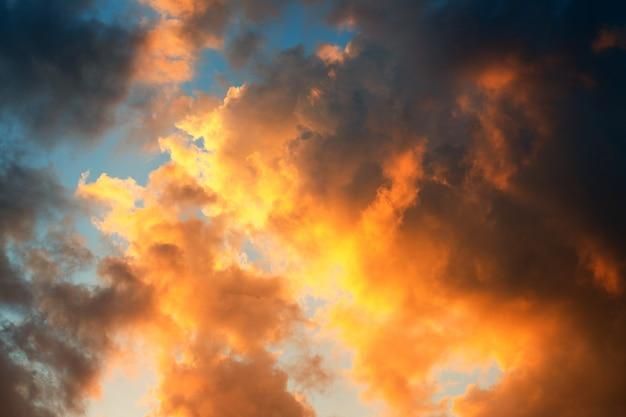 Dramatische himmel hintergründe