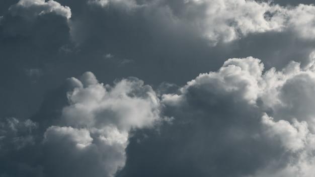 Dramatische regenwolken beleuchtet mit strahlender sonne, wolken am grauen himmel
