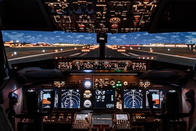 Dramatische vollansicht des modernen boeing-flugzeugs im cockpit vor dem start.