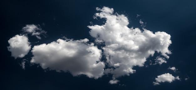 Dramatische weiße wolken
