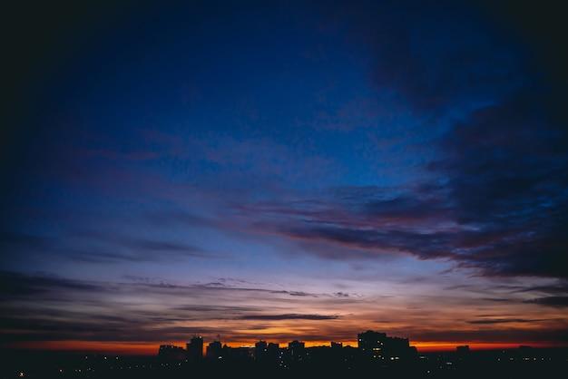 Dramatische wolkenlandschaft in der stadt bei sonnenuntergang