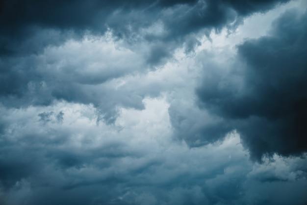 Dramatische wolkenlandschaft textur. dunkle schwere gewitterwolken vor dem regen. bedecktes regnerisches schlechtes wetter. sturmwarnung. natürlicher blauer hintergrund des cumulonimbus. naturhintergrund des stürmischen bewölkten himmels.