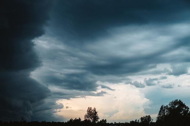 Dramatische wolkenlandschaft.