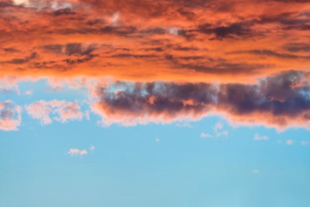 Dramatischer blauer sonnenuntergangshimmel mit orangefarbenen wolken