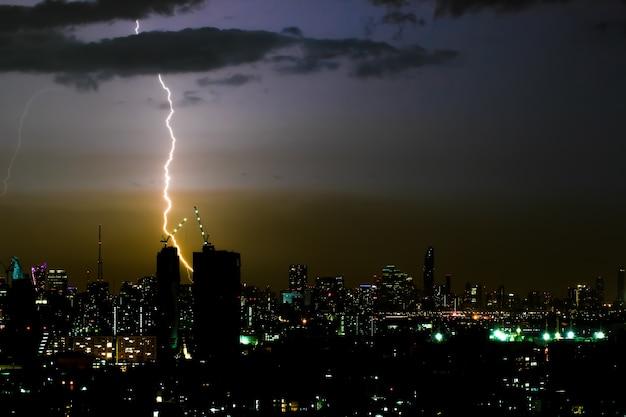 Dramatischer gewittersturm in der stadt bei nacht