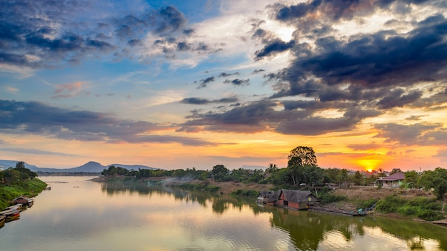 Dramatischer himmel des mekong-pakse laos sonnenuntergangs