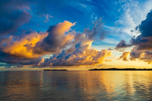 Dramatischer himmel des sonnenaufgangs auf see, tropischer wüstenstrand, keine menschen, stürmische wolken, reiseziel, indonesien banyak islands sumatra
