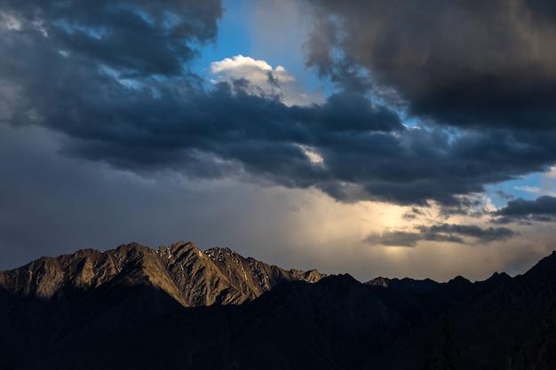 Dramatischer himmel des sonnenuntergangs in den karakorum-bergen.