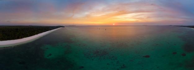 Dramatischer himmel des tropischen strandinselriffs der vogelperspektive karibisches meer bei sonnenuntergangsonnenaufgang