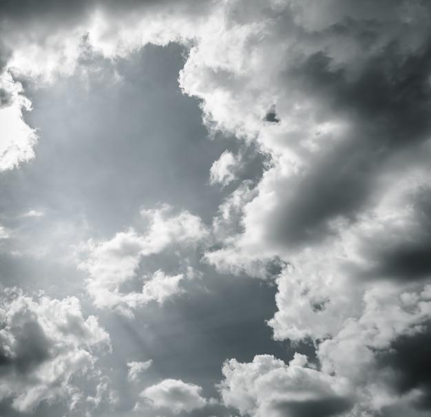 Dramatischer himmel mit gewitterwolken