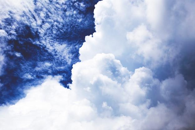 Dramatischer himmel mit regen