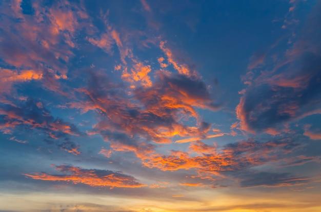 Dramatischer himmel mit roten wolken.