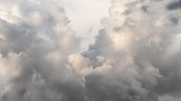 Dramatischer himmel mit stürmischen grauen gewitterwolken