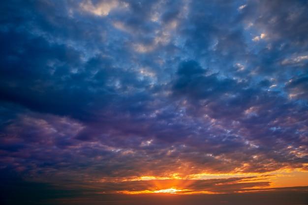 Dramatischer himmel mit stürmischen wolken im sonnenuntergang
