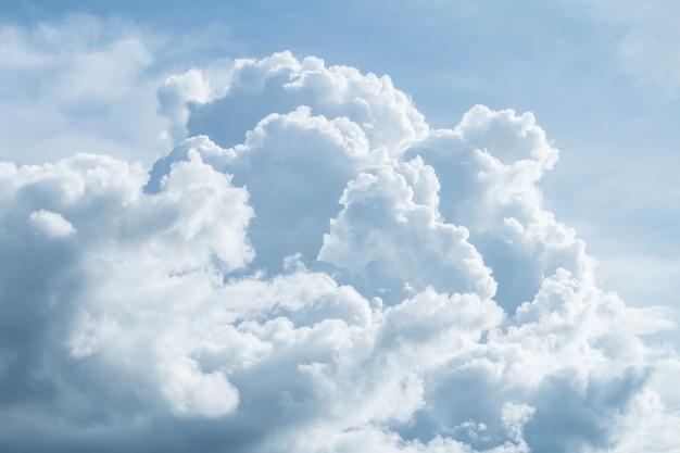 Dramatischer himmel mit stürmischen wolken