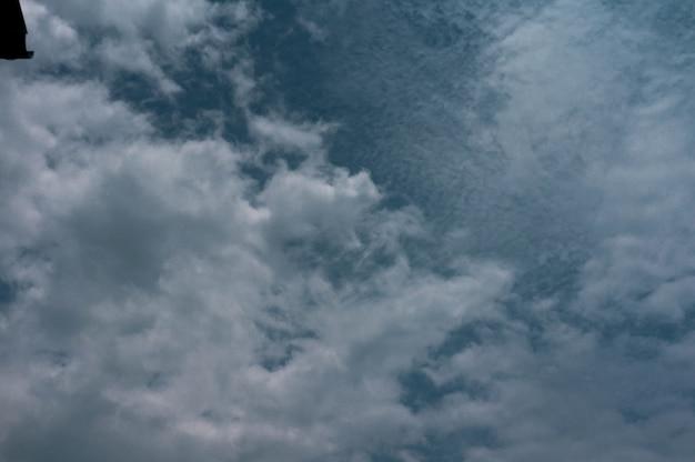 Dramatischer himmel mit wolke, dunkle sturmwolken vor regen.