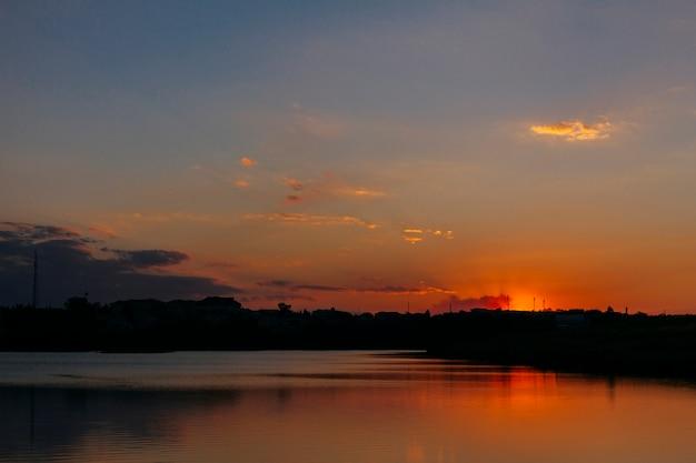 Dramatischer himmel über dem idyllischen meer bei sonnenuntergang