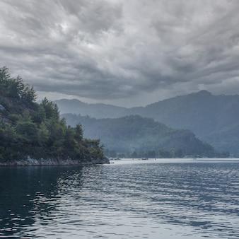 Dramatischer himmel über dem meer. gebirgslandschaft meer an einem wolkigen tag. blick vom meer.