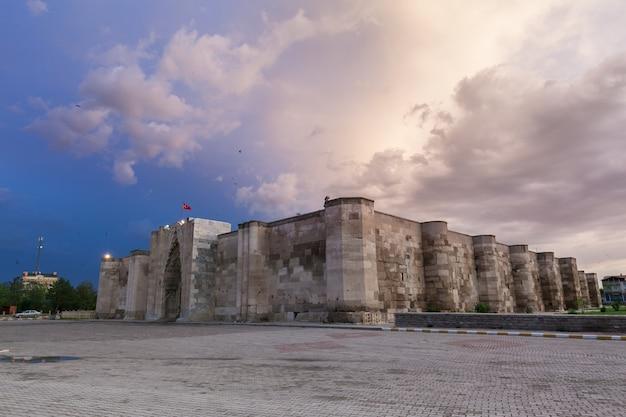 Dramatischer himmel über der alten karawanserei in aksaray-kappadokien