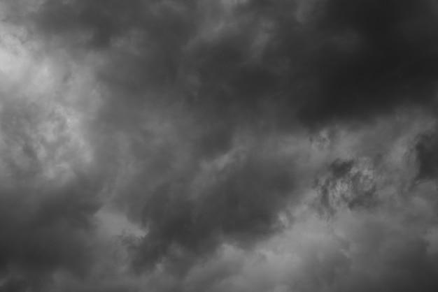 Dramatischer himmel und dunkle wolken