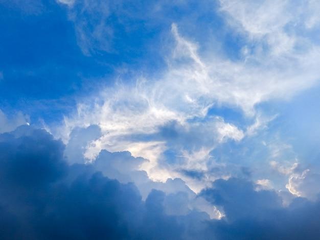 Dramatischer himmel und stürmische wolken im blauen himmel.