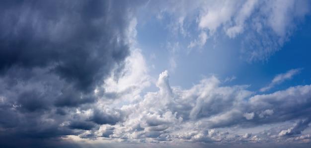Dramatischer himmelhintergrund mit dunklen wolken vor dem regen