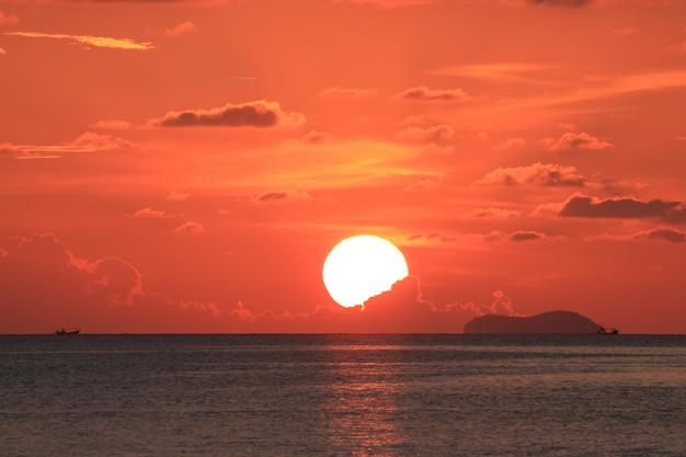 Dramatischer roter sonnenuntergang auf samui-insel, thailand