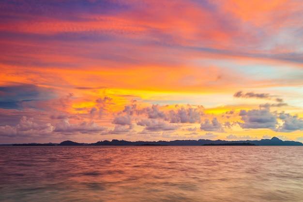 Dramatischer sonnenaufgangshimmel auf see, tropischer wüstenstrand, keine menschen, stürmische wolken, reiseziel, indonesien banyak islands sumatra