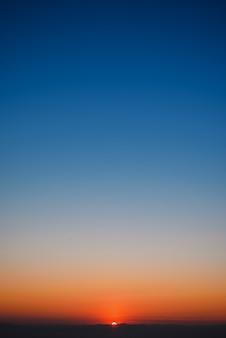 Dramatischer sonnenuntergang und sonnenaufgang himmel und wolken