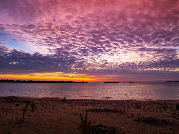 Dramatischer sonnenuntergangshimmel auf see, tropischer wüstenstrand, keine menschen, stürmische wolken, reiseziel, indonesien banyak islands sumatra
