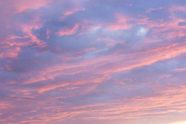 Dramatischer sonnenuntergangshimmelhintergrund, dämmerungsrosa- und purpurfarben