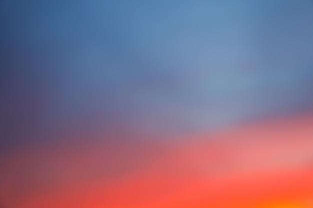 Dramatischer sonnenuntergangshimmelhintergrund mit feurigen wolken, gelbe, orange und rosa farbe, naturhintergrund. unscharfer hintergrund