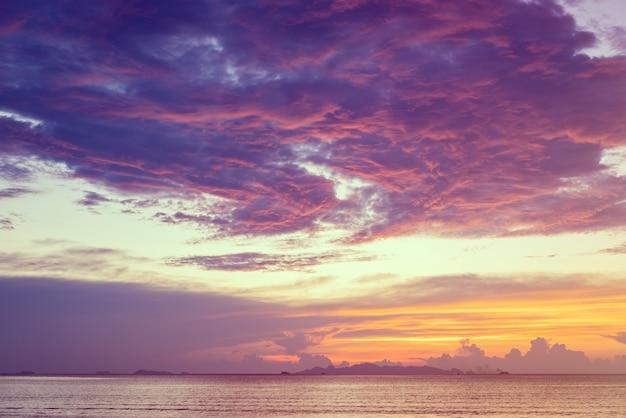 Dramatischer strandsonnenuntergang mit gelbem himmel des blauen meeres und der purpurnen wolke, samui-insel, thailand