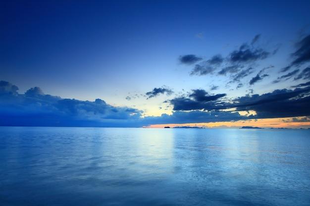 Dramatischer tropischer see- und himmel-sonnenuntergang der langzeitbelichtung