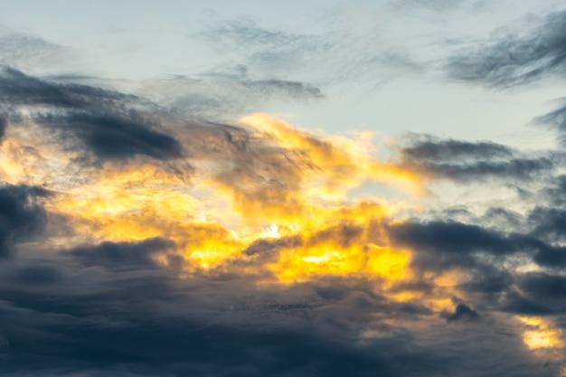 Dramatischer und launischer gelber, lila und blauer bewölkter sonnenunterganghimmel. abstrakter naturhintergrund. natur