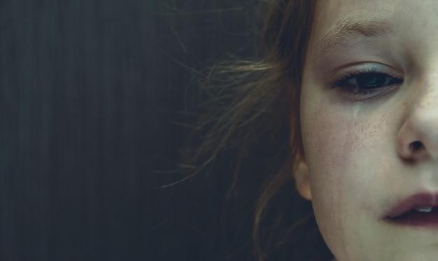 Dramatisches foto eines weinenden kindes