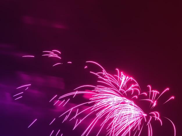 Dramatisches rosa feuerwerk am nächtlichen himmelshintergrund