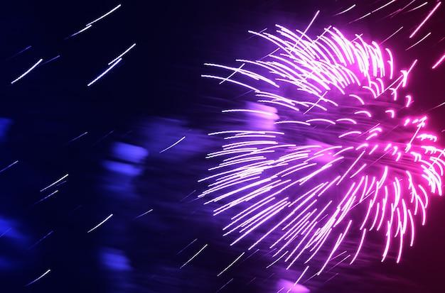Dramatisches rosa und lila feuerwerk am nächtlichen himmelshintergrund