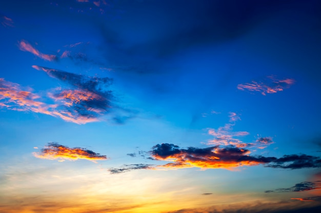 Drastische wolken in der schönen farbe der himmelabendzeit für naturhintergrund