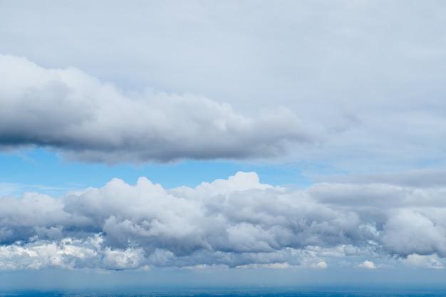Drastischer blauer himmel mit großen wolken