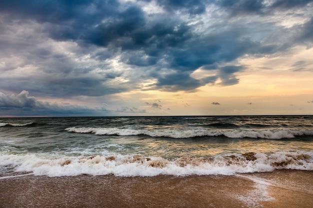 Drastischer himmel auf einem morgenmeerblick. sturm auf einem sandigen seestrand.