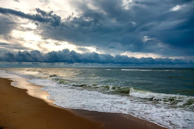 Drastischer himmel auf einem morgenmeerblick.