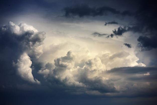 Drastischer himmel mit stürmischen wolken vor regen