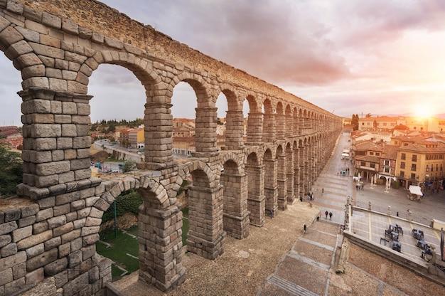 Drastischer sonnenuntergang im berühmten segovia-aquädukt, kastilien y leon, spanien.
