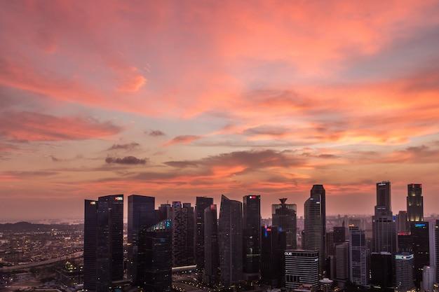 Drastischer sonnenuntergang und purpurrote wolken über singapur