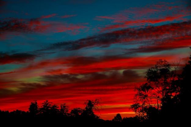 Drastischer sonnenuntergang und sonnenaufganghimmel. bunt von wolkengebilde