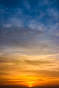 Drastischer sonnenuntergang und sonnenaufganghimmel und -wolken