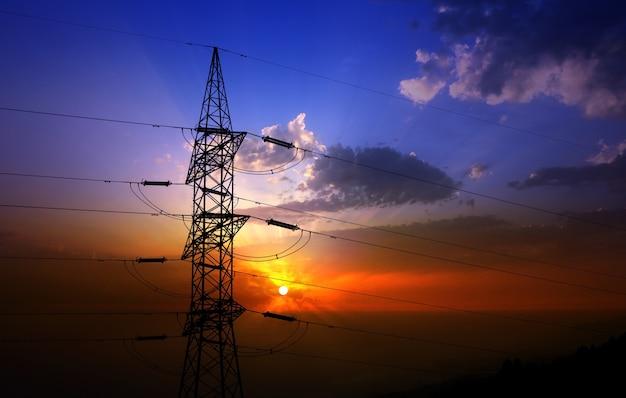Drastischer wolkenhimmel und elektrischer turm