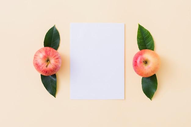 Draufsicht äpfel mit papier
